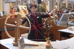 糸紡ぎの実演